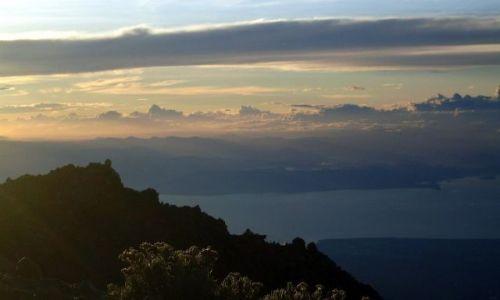 Zdjęcie INDONEZJA / Lombok / Rinjani / ... zejście z ... obłoków ....