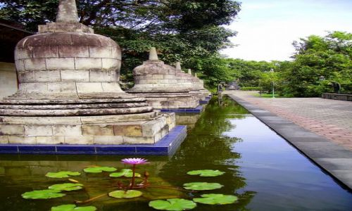 Zdjecie INDONEZJA / Jawa / Jawa / w małej świątyni  pod drodze do Prambanan