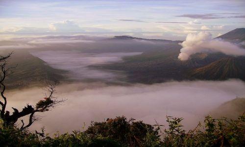 Zdjecie INDONEZJA / Jawa / Narodowy Park Wulkanów / o świcie - kaldera wulkaniczna