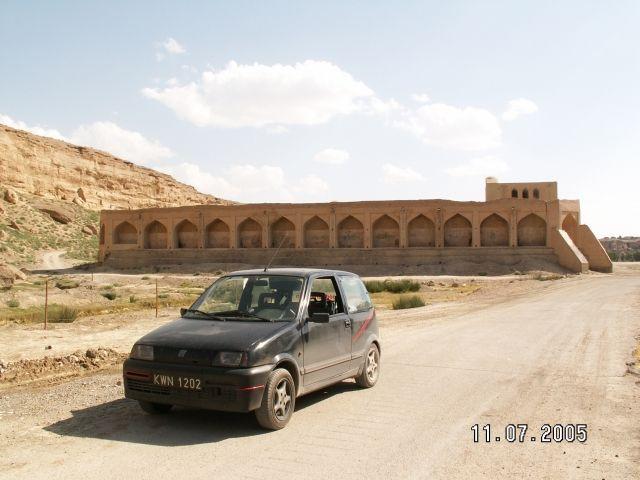 Zdjęcia: Shurjestan, Cinquecento na tle starego fortu, IRAN