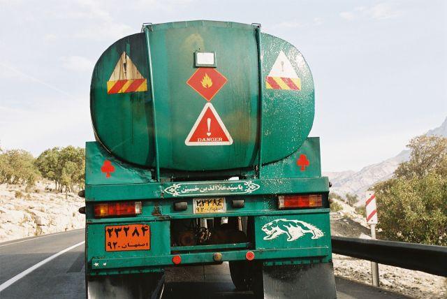 Zdjęcia: gory kolo miejscowosci Shiraz, dziurawa cysterna z benzyna, IRAN