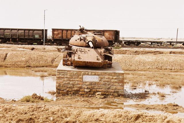 Zdjęcia: na drodze z AHVAZ do ABADAN kolo iraku, Pamiatka po wojnie., IRAN
