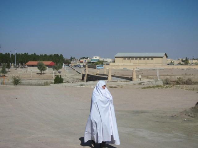 Zdjęcia: Varzaneh, Varzaneh, Kobieta w białym czadorze, IRAN
