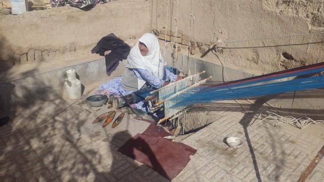 Zdjęcia: Varzaneh, Varzaneh, Babcia Alego (86 lat) i jej warsztat tkacki, IRAN