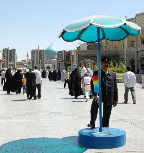 Zdjęcia: Mashad, Mashad, Strażnik z puszystą bronią, IRAN