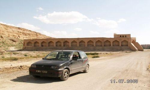 Zdjęcie IRAN / brak / Shurjestan / Cinquecento na tle starego fortu