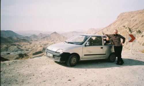 Zdjecie IRAN / brak / Okolice Shirazu / Maly samochod i duze gory