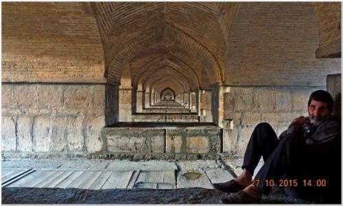 Zdjęcie IRAN / Isfahan / pod mostem / chwile w cieniu