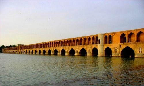 Zdjęcie IRAN / - / Esfahan / Esfahan - most 33 Łuków na rzece Zajande