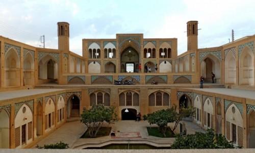 IRAN / Kashan / Agha Bozorg meczet / widok na wyj�cie