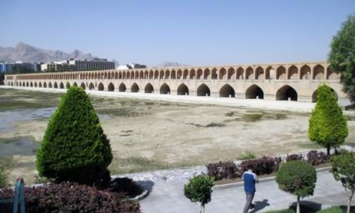 IRAN / Esfahan / Rzeka Zajadane / Most Si-jo-se-pol