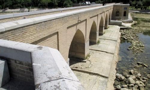 IRAN / Esfahan / Zabytkowy Most Chubi / Wody tyle, co kot nap�aka�