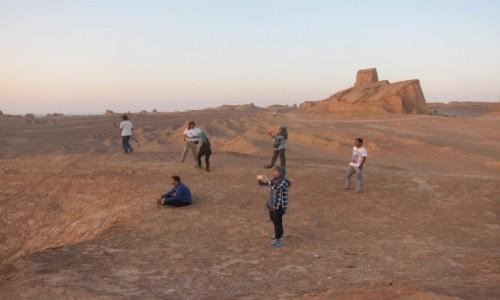 IRAN / Pustynia / Kaluts / Mina, my i jej przyjaciele w oczekiwaniu na zachód słońca na pustyni