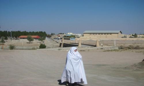 IRAN / Varzaneh / Varzaneh / Kobieta w białym czadorze