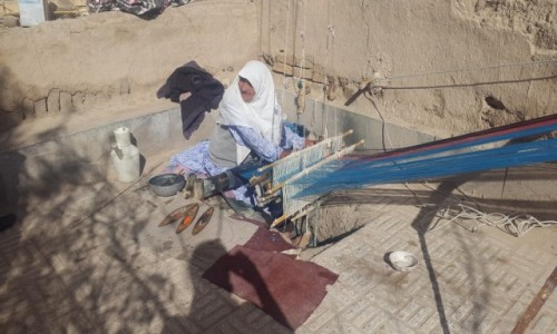 IRAN / Varzaneh / Varzaneh / Babcia Alego (86 lat) i jej warsztat tkacki