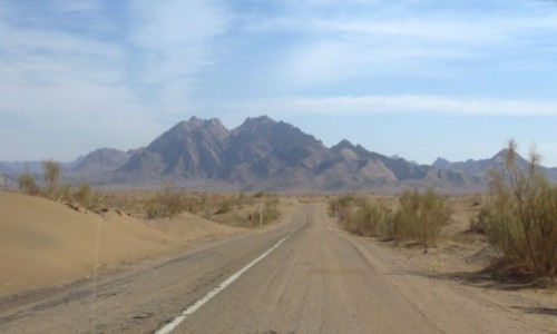 Zdjęcie IRAN / - / Pustynia Dasht-e Kavir / Góry na pustyni