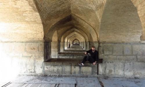 Zdjecie IRAN / - / Isfahan / Zabytkowy most Khaju - dolna część