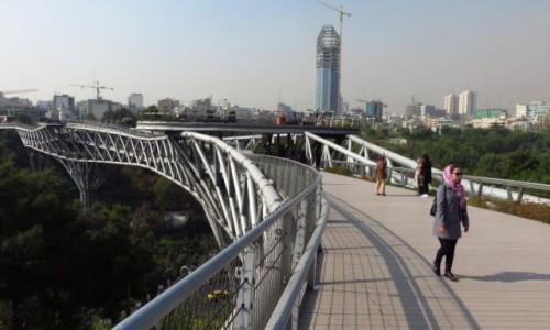 Zdjecie IRAN / - / Teheran / Most Tabiat i  widok na Teheran północny