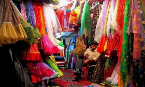 Zdjecie IRAN / Jedno z irańskich miast / Bazar / Irański sklep z tkaninami i sukienkami