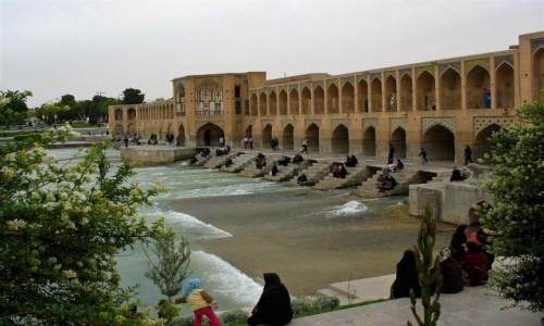 IRAN / Isfahan / Most na rzece Zajande w piątkowe popołudnie / Jeden z cudownych isfahańskich mostów