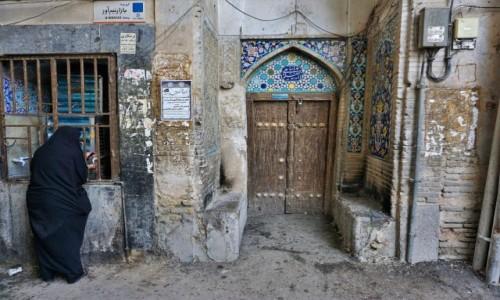 IRAN / Wyżyna Irańska / Esfahan / Zaułek z wodą