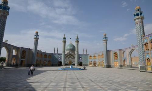 Zdjecie IRAN / Kashan / okolica Kashan / Na dziedzińcu świątyni szyickiej
