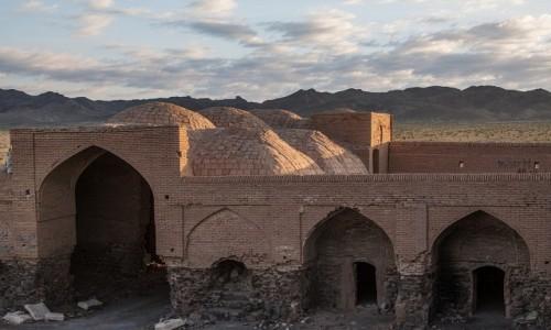 IRAN / okręg Isfahan / okolice Verzaneh / Ruiny starego karawanseraju...