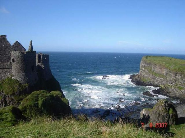 Zdj�cia: Zamek Dunluce, Irlandia Pln., zamek Dunluce z zatoczka w tle, IRLANDIA