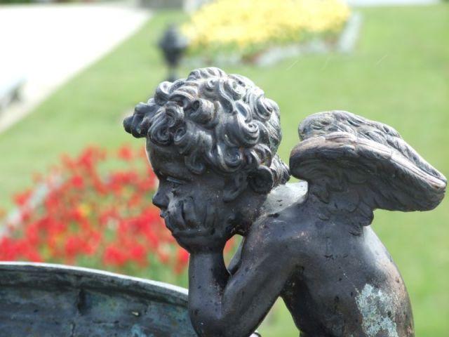 Zdj�cia: Ogr�d Powerscourt, Co. Wiklow, smutny anio�ek, IRLANDIA