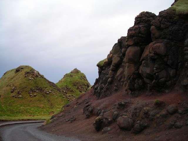Zdjęcia: Giant's Causeway, Hrabstwo Antrim, UspioneTrolle na drodze do Grobli Giganta, IRLANDIA