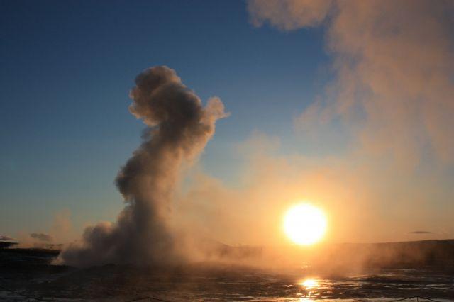 Zdjęcia: Pola geotermalne Haukadalur, południowy zachód, Strokkur o świcie, ISLANDIA