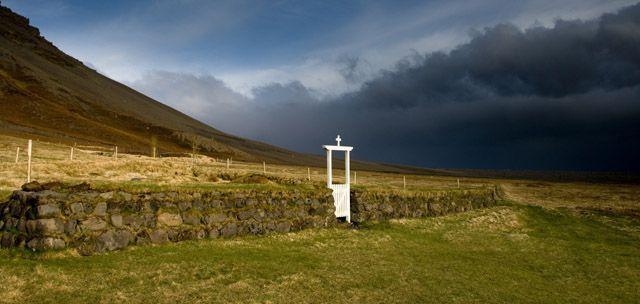 Zdj�cia: Svinafell, Wejscie na cmentarz  nie istniejacej osady Sandfell, ISLANDIA