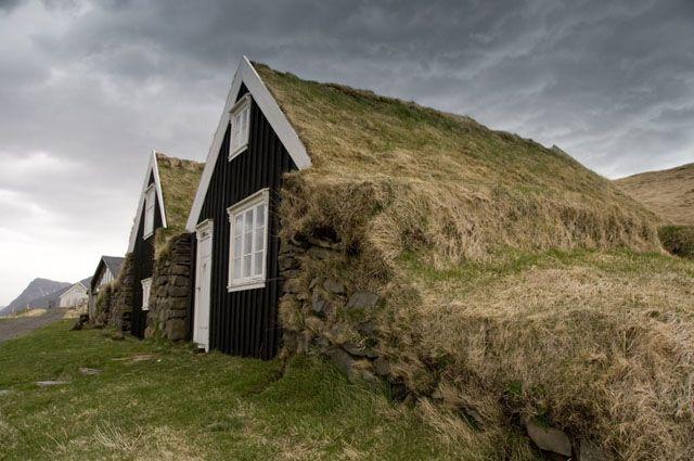 Zdj�cia: Bolti, Stare domki - w srodku drewniane z zewnatrz warstwa ziemi z trawa, ISLANDIA