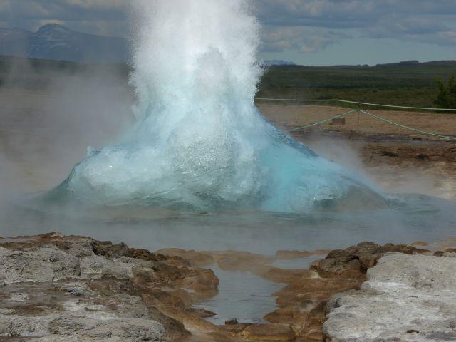 Zdjęcia: Islandia, Pd-Zach.  Islandia, Strokkur  nabiera siły , ISLANDIA