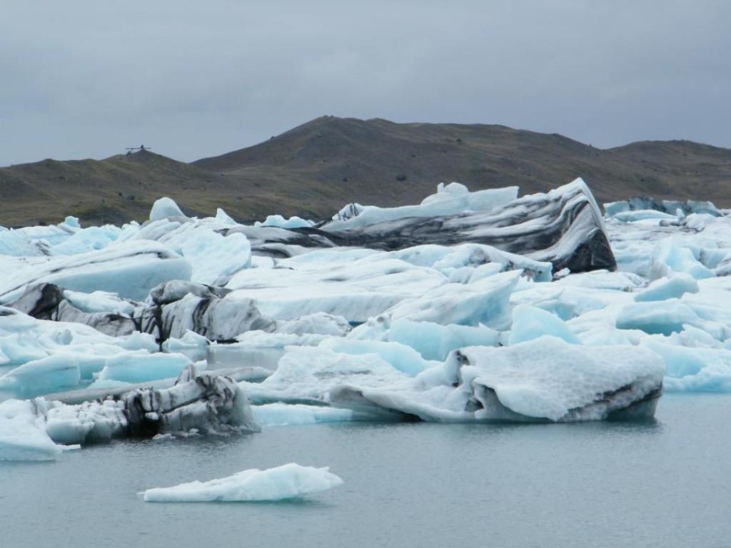 Zdjęcia: Jokulsarlon, Południowa Islandia, Odłamki lodowca swobodnie dryfujące po oceanie, ISLANDIA
