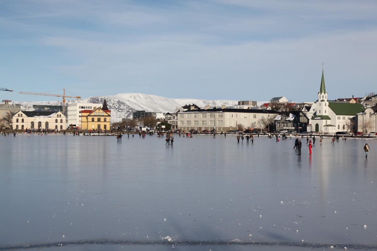 Zdjęcia: Jezioro Tjornin, Reykjavik, Lodowisko z widokiem, ISLANDIA