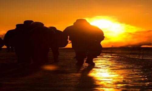 Zdj�cie ISLANDIA / Haukadalur / Geysir / Czasem kadr nie jest tam, gdzie wszyscy wycelowali obiektywy.
