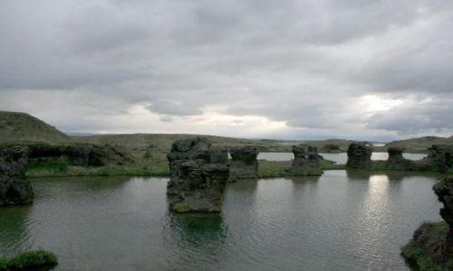 Zdjecie ISLANDIA / Północna Islandia / Myvatn /Jezioro muszek/ / ostańce