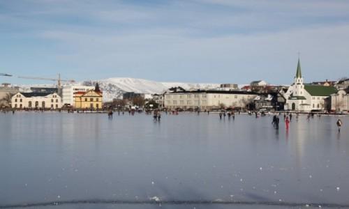 Zdjecie ISLANDIA / Reykjavik / Jezioro Tjornin / Lodowisko z widokiem