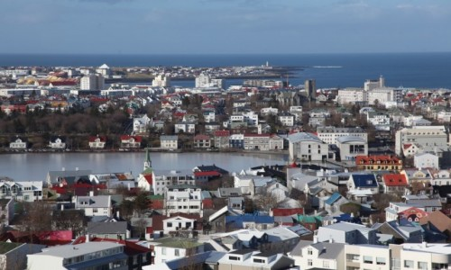 Zdjęcie ISLANDIA / Reykjavik / Katedra luterańska Hallgrimskirkja  / Widok na jezioro Tjornin