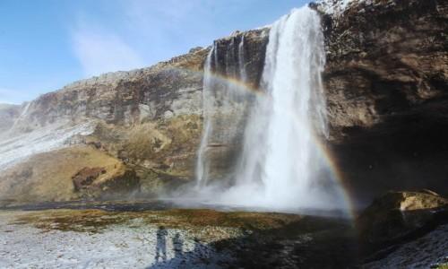 ISLANDIA / Południowe wybrzeże / Seljalandsfoss  / Pod wodospadem