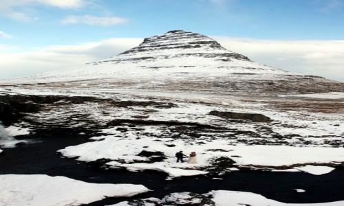 ISLANDIA / Półwysep Snæfellsnes / Grundarfjordur / Młoda para przy Kirkjufellsfoss na tle góry Kirkjufell