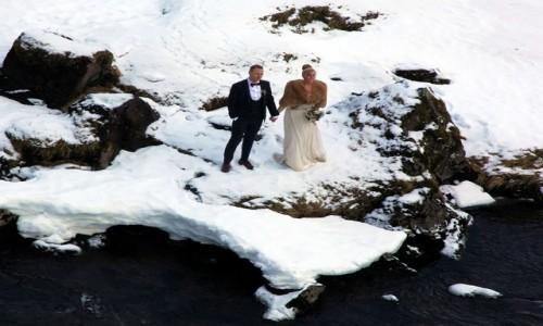 ISLANDIA / Półwysep Snæfellsnes / Grundarfjordur / Młoda para przy Kirkjufellsfoss