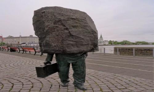 Zdjecie ISLANDIA / Reykjavik / Stare miasto / Pomnik urzędnika przytłoczonego odpowiedzialnością i ilością obowiązków