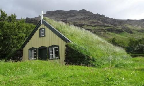 Zdjecie ISLANDIA / Południowa część wyspy / okolice Vik / Jeden z trzech zielonych islandzkich kościółków