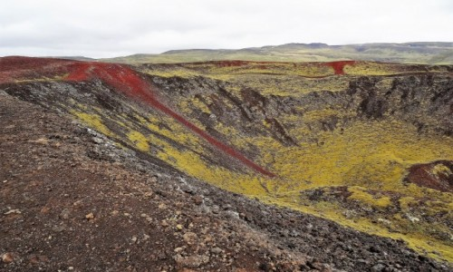 ISLANDIA / okolice Myvatn / korona większego krateru / Krater wulkanu Grabrok
