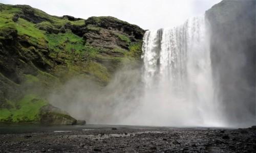Zdjecie ISLANDIA / południe wyspy / pod wodospadem / Najpiękniejsze wodospady Islandii: welon Skogafoss