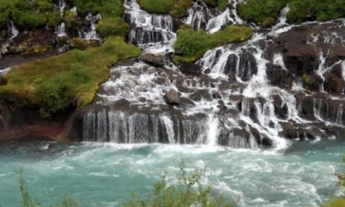 Zdjecie ISLANDIA / Zachodnia część wyspy / fragment jednej z wielu kaskad / Najpiękniejsze wodospady Islandii: sączący się od niechcenia Hraunfossar