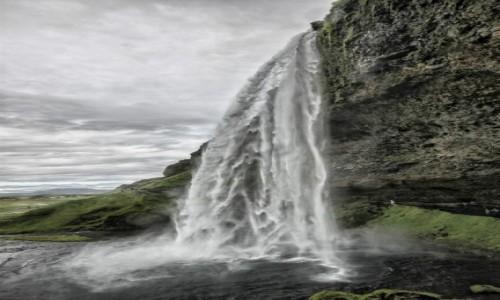 Zdjecie ISLANDIA / płd. Islandii / pod wodospadem / Seljandsfoss