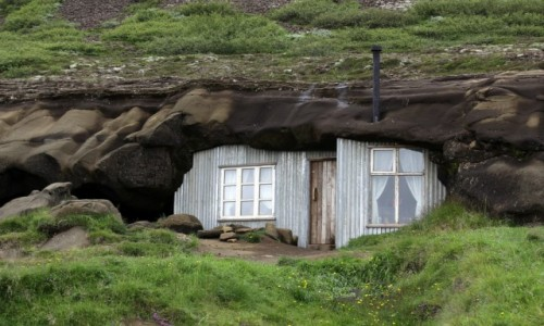 Zdjecie ISLANDIA / - / Laugarvatnshellar / Domek pod skałą